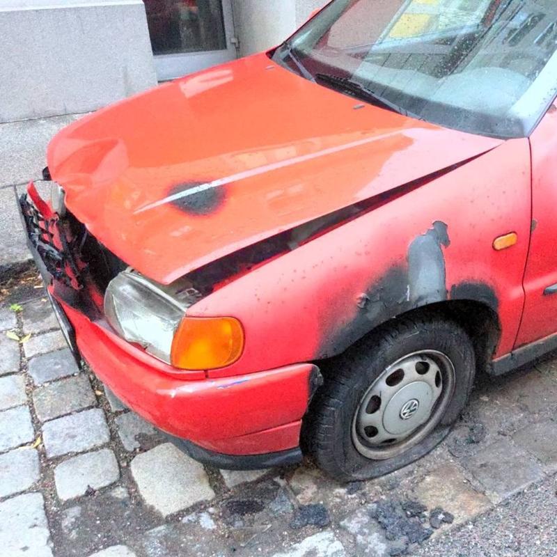 Feiger Anschlag der Antifa in Wien auf ein rotes Auto